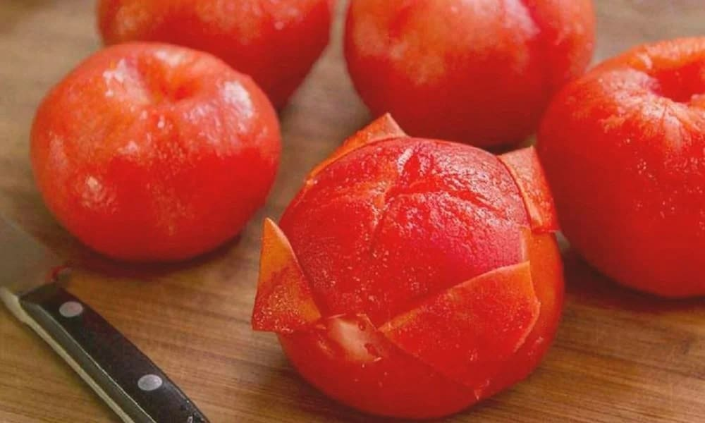 Снимаем кожуру с помидоров