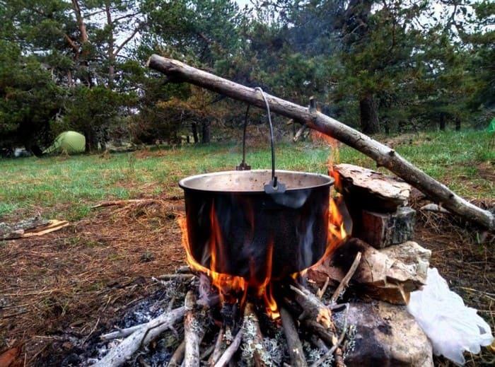 Деревянная тренога из одной палки и одной рогатки