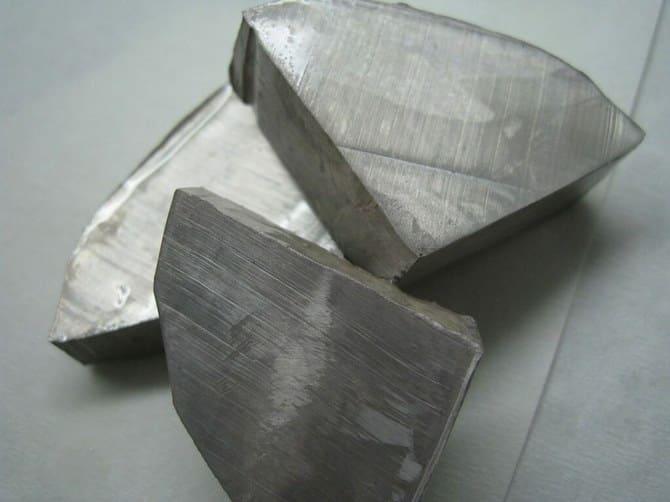 Хоть натрий и металл, но он легко воспламеняется при соприкосновении с водой