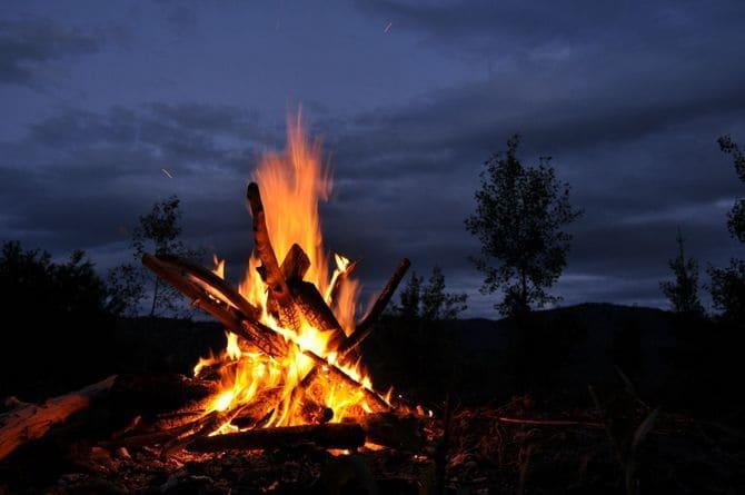 Ночью хорошо заметен высоко расположенный огонь