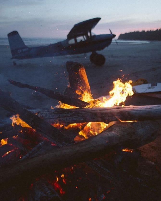 Если рядом с крушением не окажется деревьев, то для костра можно использовать и обломки самолета