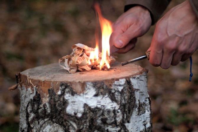 Один из эффективных методов получения огня - кресало и кремень