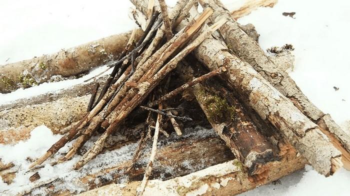 Подготовка дров для костра зимой