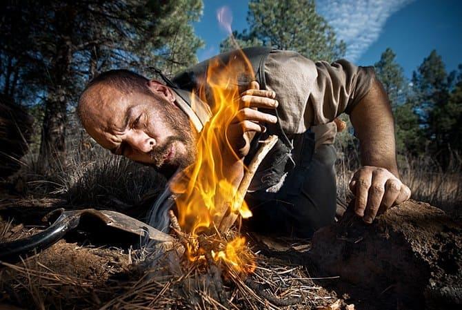 Чтобы поддержать огонь, угли можно раздуть