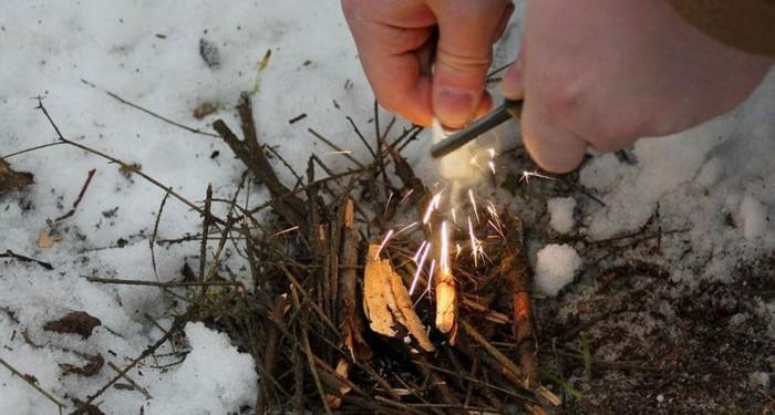 Разжигание костра огнивом