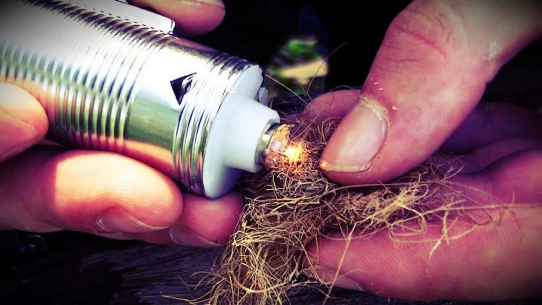 В походе фонарик может пригодиться не только для освещение, но и для добычи огня