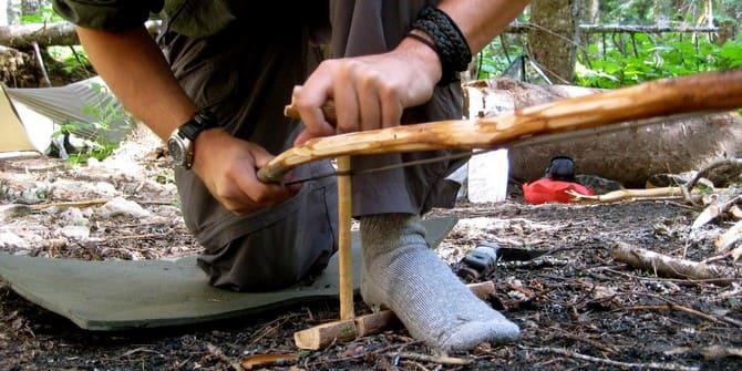 В походе огненный лук можно изготовить из ветки и шнурка