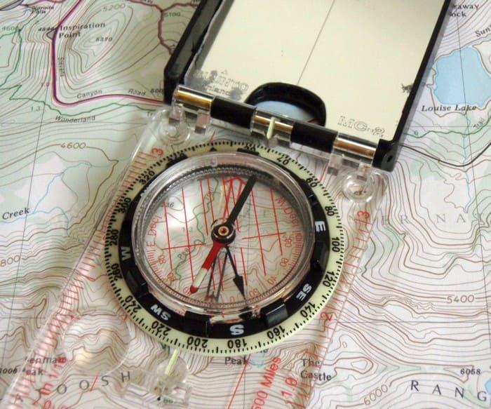 Определение азимута с помощью магнитного планшетного компаса и карты
