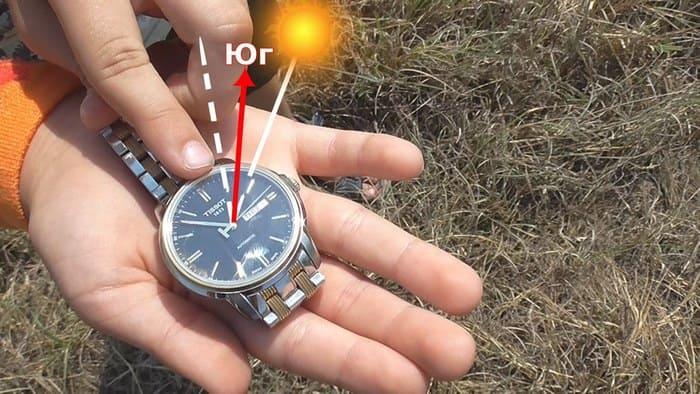 Часовую стрелку надо направить в направлении солнца