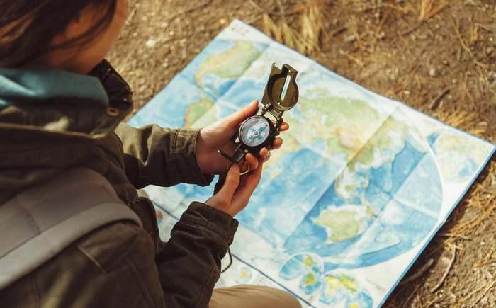 Если небо закрыто облаками, в поисках поможет карта и компас