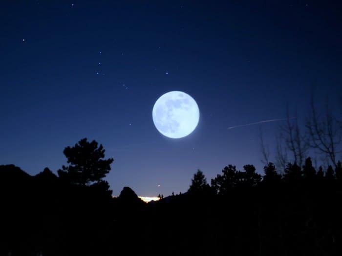 Полная луна, указывающая на юг