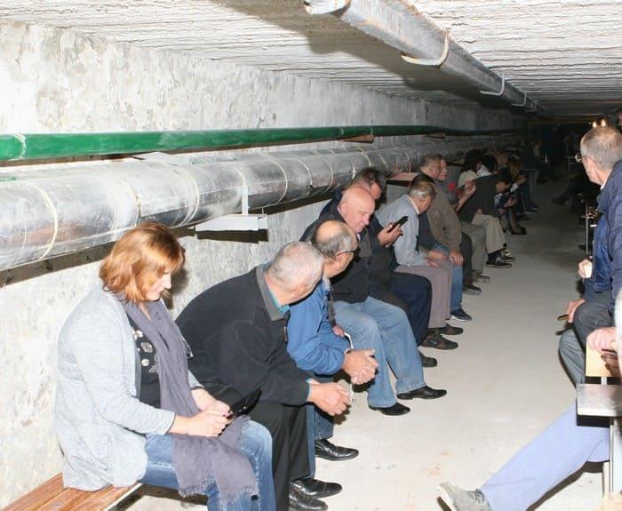Рабочие пережидают стихию в безопасном помещении на производстве