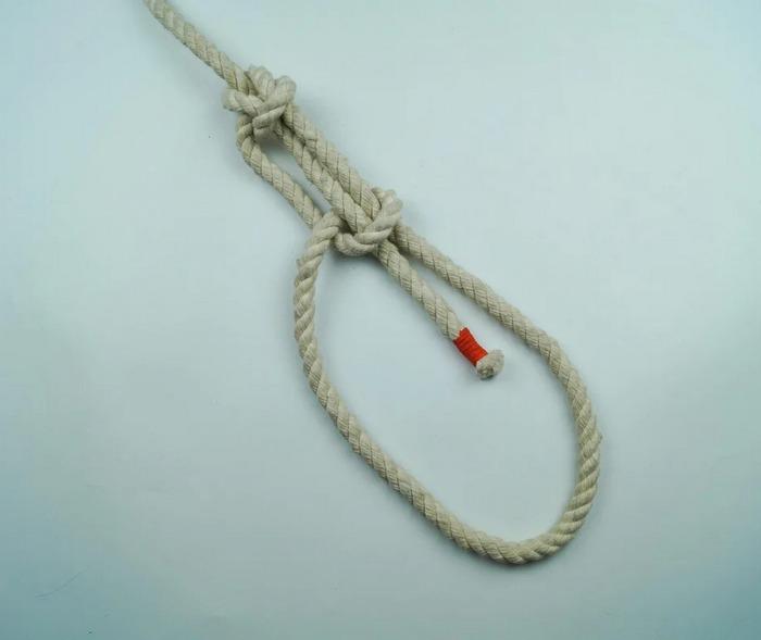 Вариант отличается большей надежностью на сырых верёвках