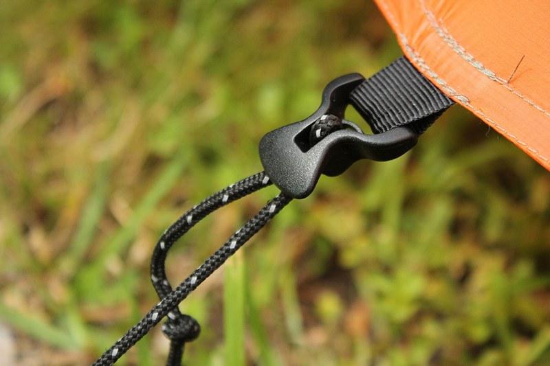 Чтобы быстро собрать палатку, нужно правильно вытащить штормовые оттяжки