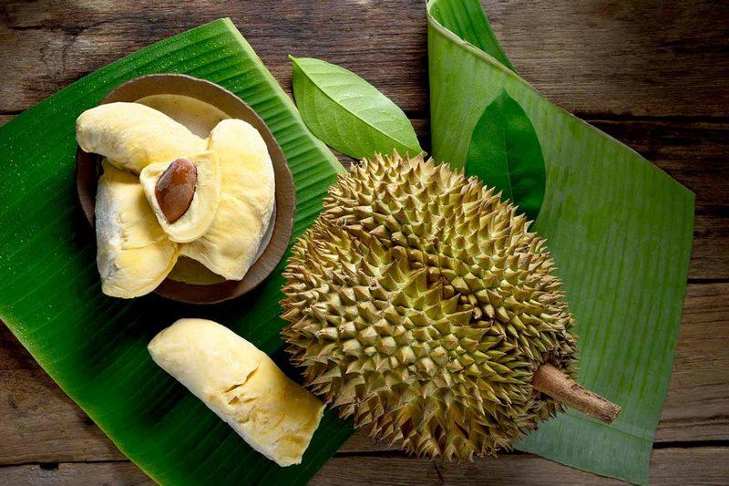 Дуриан богат витаминами, однако чрезмерное употребление фрукта опасно для здоровья