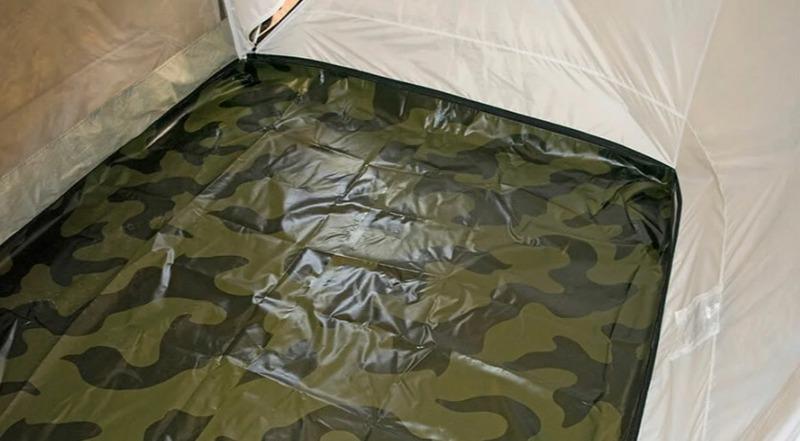 Летний пол, входящий в комплект двухслойных моделей палаток, устанавливается с помощью молнии