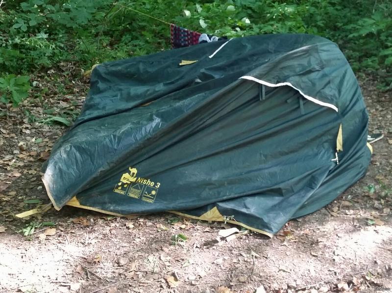 """При резком порыве ветра палатка """"Куб"""" теряет свою устойчивость и может перевернуться на бок"""