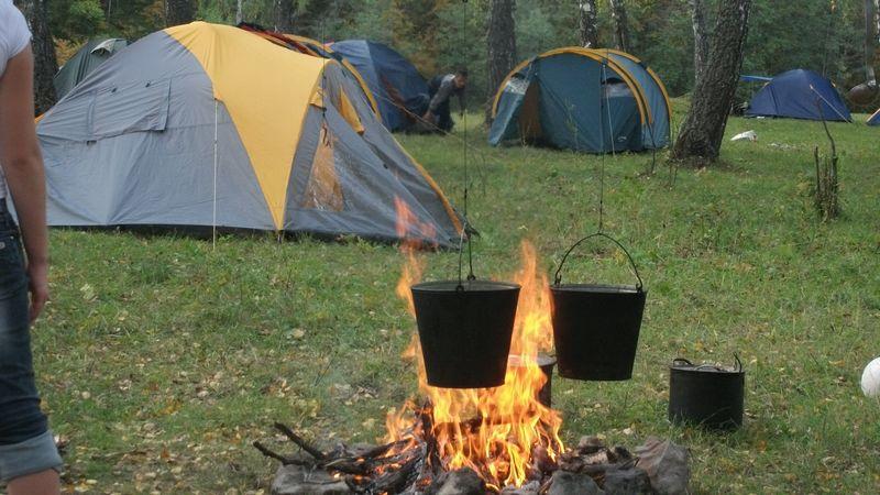 Расстояние между палатками и костром должно быть минимум 5 метров