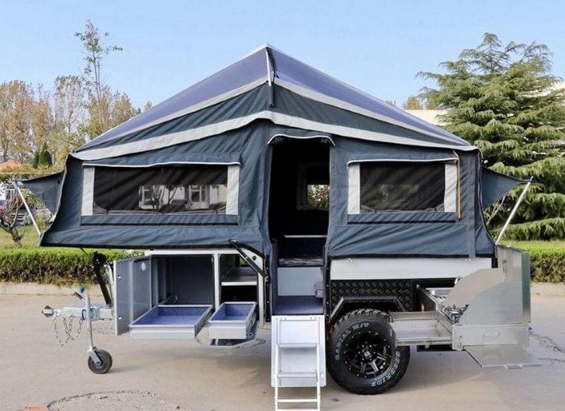 С компактным прицепом-палаткой легко ездить и парковаться
