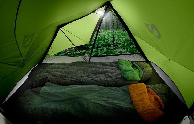 Внутри палатки достаточно места для размещения личных вещей и спальных мешков