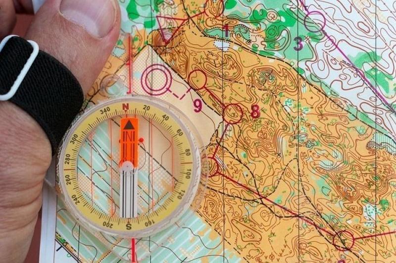 Во время отдыха на природе могут понадобиться некоторые электроприборы и предметы для навигации
