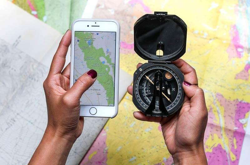 Во время отдыха на природе могут понадобиться средства связи и навигации