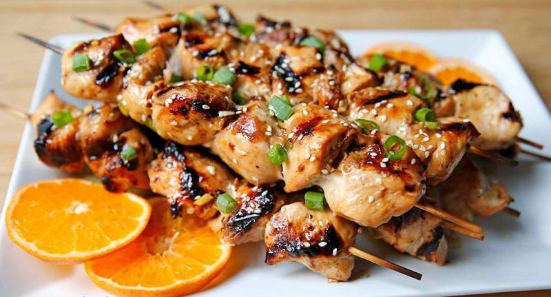 Блюдо из кролика, замаринованного в уксусе и соке, получается сочным, вкусным и запоминающимся