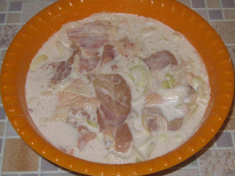 Чтобы кролик не был сухим, следует вымочить мясо в маринаде из майонеза