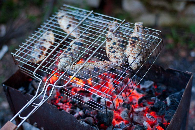 Для приготовления классического рецепта рыбы на решетке подойдет любая рыба