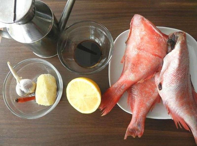 Для приготовления морского окуня на мангале лучше всего подходят тушки небольшого размера