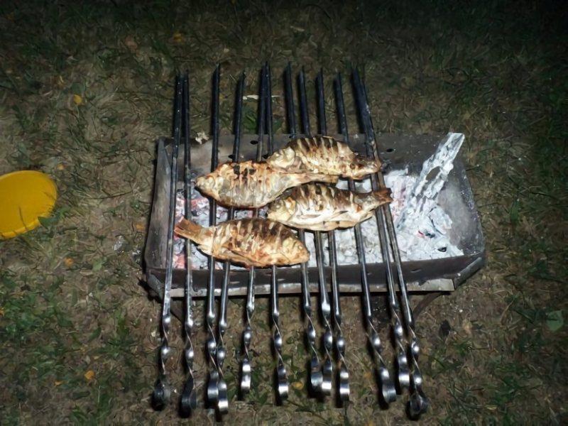 Для приготовления шашлыков из карасей, рекомендуется брать мелкие рыбешки