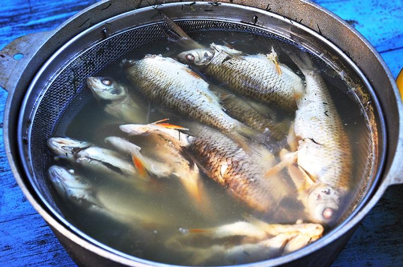 Для приготовления ухи из речной рыбы понадобится минимальный набор продуктов и специй