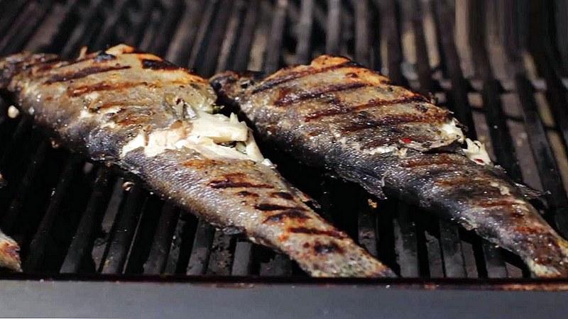 Если рыба разваливается на кусочки, то скорее всего она не подходит для приготовления на открытом огне