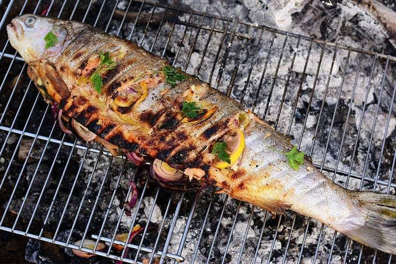 Форель с чесноком на мангале - ароматное и питательное блюдо