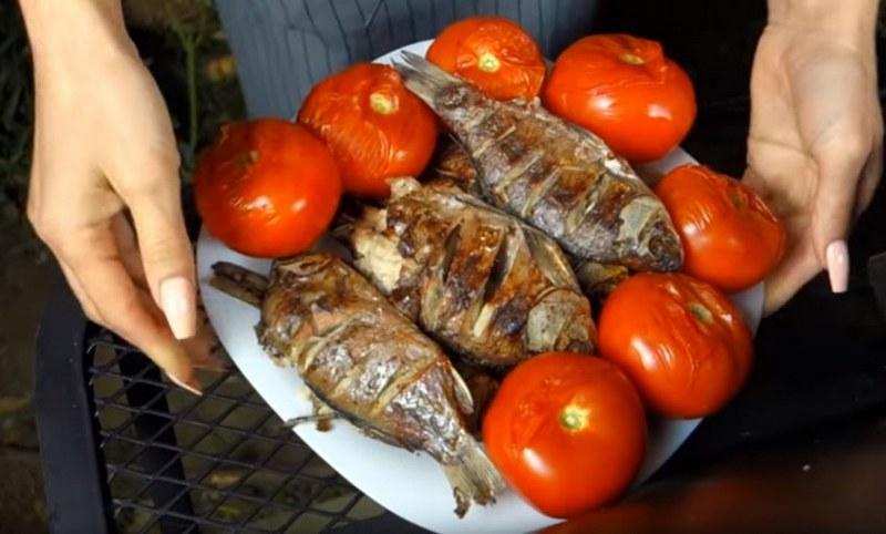 Караси с чесноком и помидорами - это хороший вариант блюда для приготовления на природе