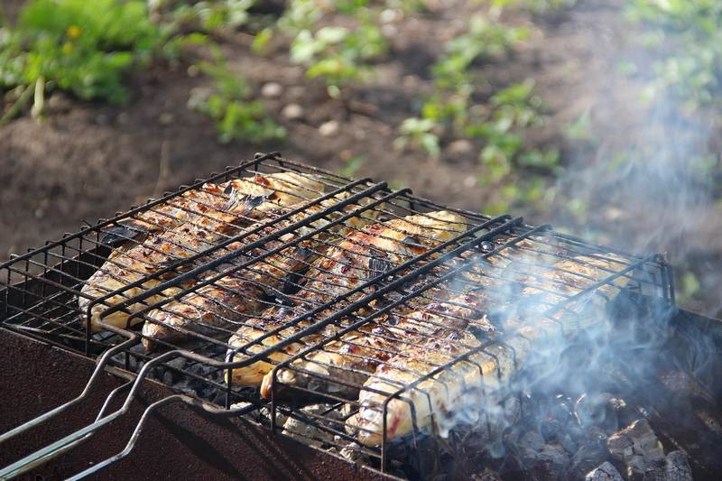 Караси с хрустящей корочкой на решетке готовятся быстро и получаются очень вкусными