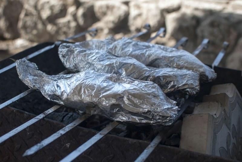 Караси в фольге на костре -это один из самых популярных способов приготовления рыбы