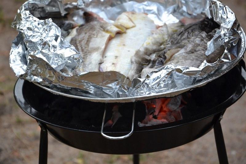 Карпа можно жарить на решетке для барбекю или запечь в фольге