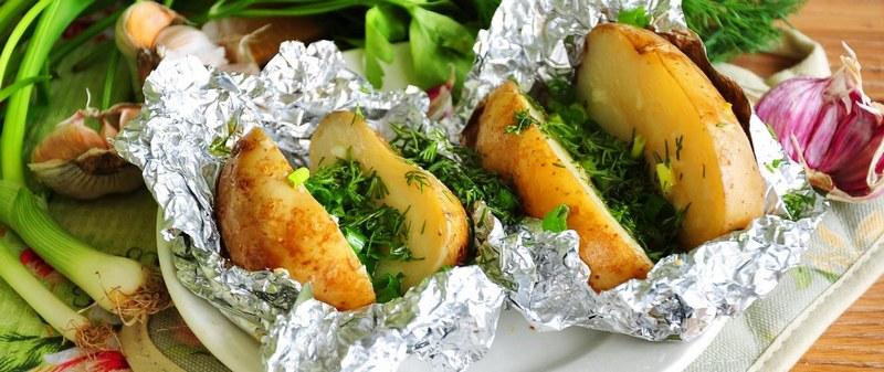 Картофель с чесноком и зеленью в фольге приятно удивит своим оригинальным вкусом