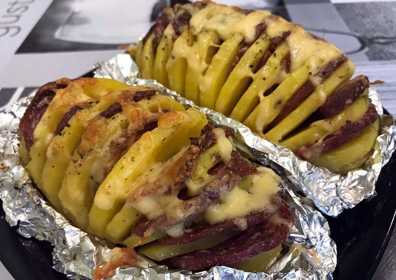 Картошка-гармошка в фольге на костре получается вкусной, ароматной и сочной