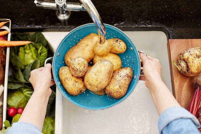 Картошку запекают в кожуре, поэтому клубни следует хорошо промыть, чтобы удалить грязь и мусор