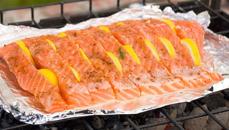 Красная рыба в лимонном маринаде готовится очень быстро, а сочетание с цитрусом делает вкус блюда приятным и насыщенным