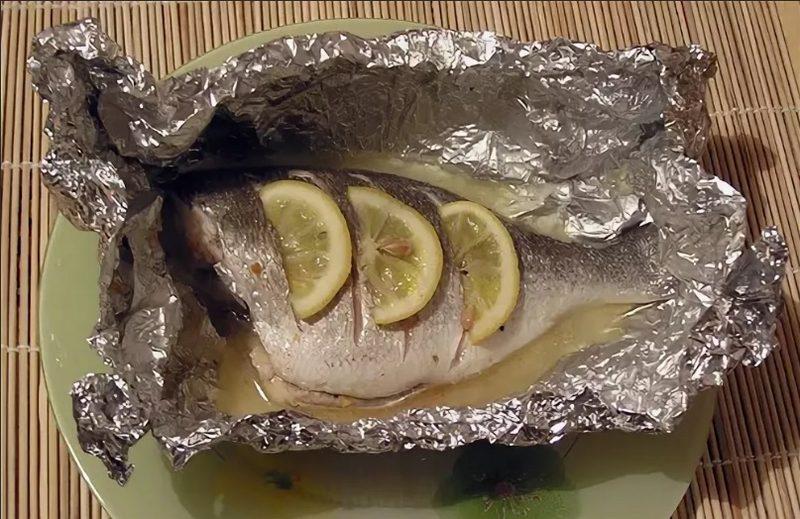 Лещ, запеченный целиком с лимоном на решетке, обладает превосходным вкусом и изумительным ароматом