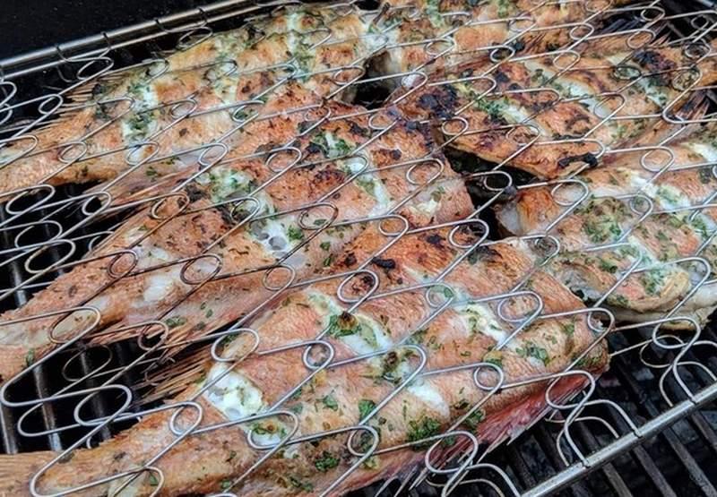 Морской окунь со специями на решетке обладает приятным вкусом и ароматом, аппетитно выглядит