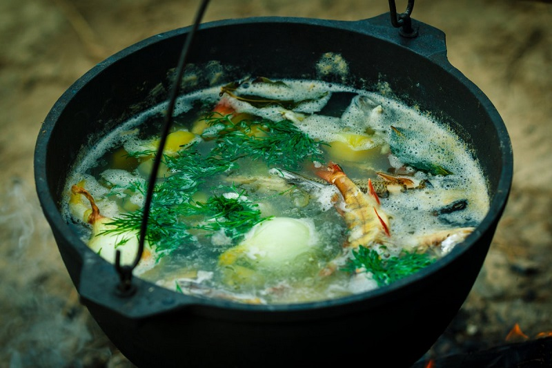 Мужскую уху можно варить как из одного, так и из нескольких видов рыбы