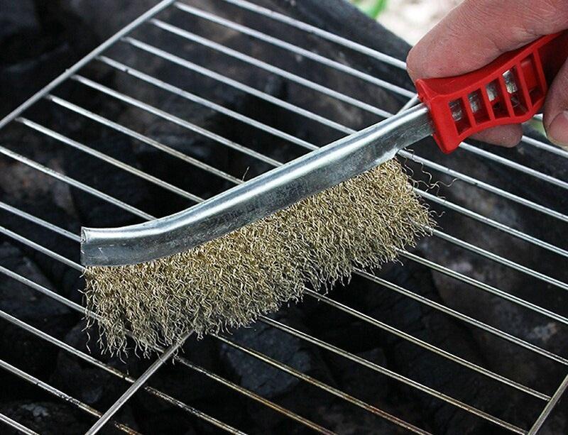 Очистка решетки перед приготовлением позволит избежать прилипания рыбы к поверхности