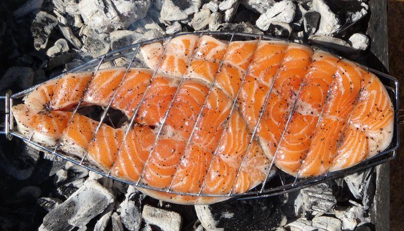 Пикантные стейки семги на решетке получаются очень сочными, нежными, с легким дымным ароматом