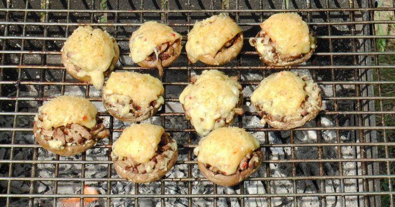 Шампиньоны, приготовленные с начинкой из сыра, могут стать фаворитом пикника