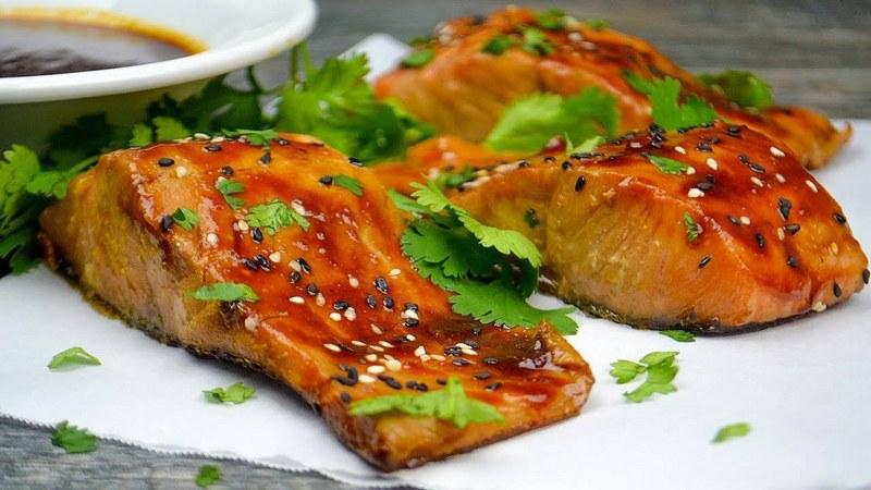 Приготовленные в медовом маринаде стейки семги обладают уникальным вкусом