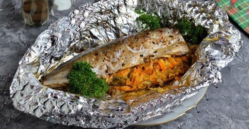 Рыба, приготовленная с луком и морковью, подойдет и на праздничный стол, и на семейный ужин